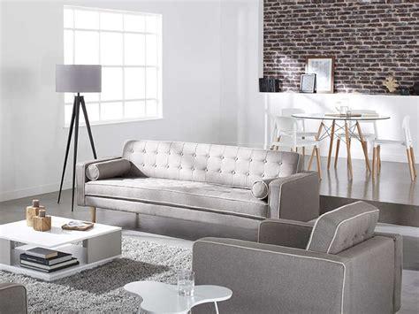 fauteuil en tissu gris et blanc avec pied bois torvald