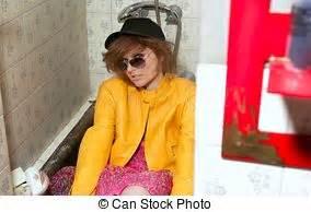 Achtziger Jahre Mode : gabardine frau mantel gelber mode retro gabardine frau mantel tapete gelber dunkel ~ Frokenaadalensverden.com Haus und Dekorationen
