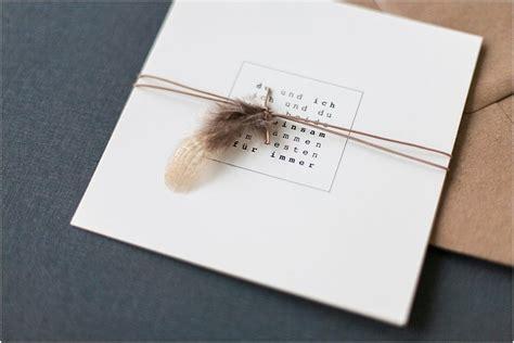 minimalistisch natuerliche einladung mit feder anmut und
