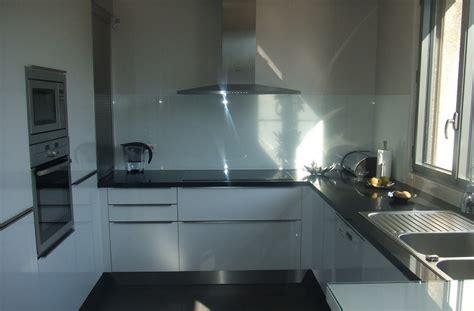 meuble cuisine rideau coulissant cuisine épuré en laque blanche et un plan de travail en