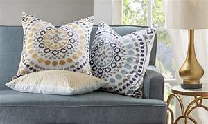 how to use decorative pillows in the living room With decorative throws for couch