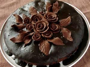 Torta al cioccolato decorata con cioccolato plastico