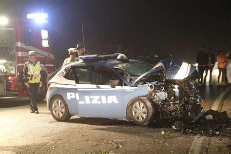 volante polizia inseguiti dalla polizia dopo il di un auto si