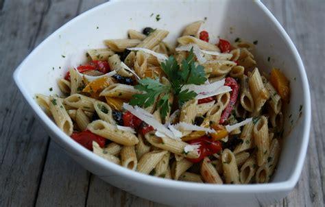 salade de pates recette salade de p 226 tes aux poivrons olives tomates confites et pesto de persil recette