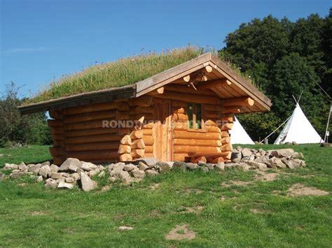 construction artisanale de fuste en rondin de bois