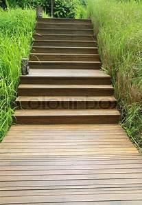 Treppenaufgang Außen Gestalten : holztreppe weg auf gr nen garten stockfoto colourbox ~ Markanthonyermac.com Haus und Dekorationen