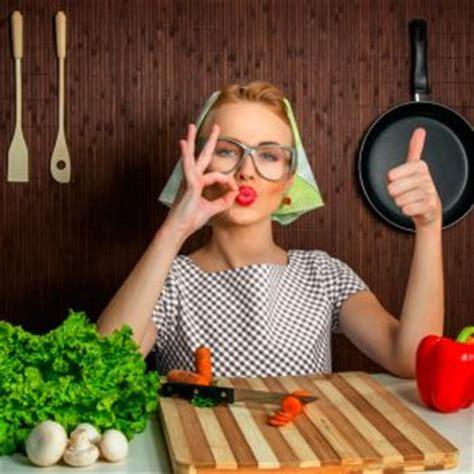 femme qui cuisine femme au foyer un qui séduit de moins en moins famili fr