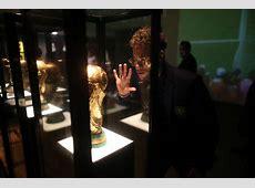 Neymar posta com Taça Fifa