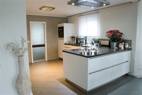Küche Mit Kochinsel Und Steindeckplatte