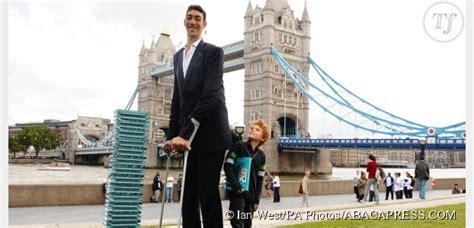 le plus grand escalier du monde adopte un g 233 ant l homme le plus grand du monde s est mari 233