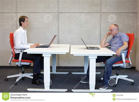 posture bureau position assise correcte et mauvaise au bureau photo stock