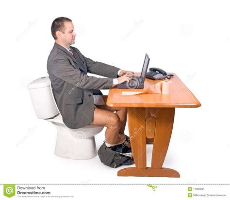 commis bureau homme s 39 asseyant sur la toilette image stock image 11863691