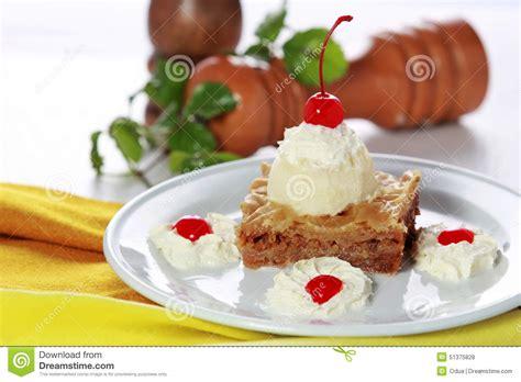 baklava grecque de dessert servie avec de la glace 224 la vanille photo stock image 51375828