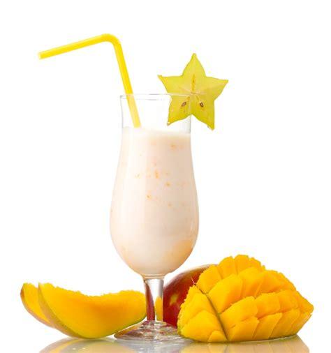 Mango, piena un saldējuma kokteilis