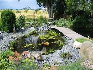 Gartenteich Gestalten Bilder : gartenteich mit wasserlauf und br cke nowaday garden ~ Whattoseeinmadrid.com Haus und Dekorationen