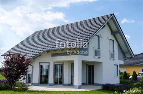 Moderne Häuser Grau by Quot Einfamilienhaus Grau Weiss Quot Stockfotos Und Lizenzfreie