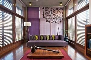 decoration de salon idees avec coussinstableaux et rideaux With tapis rouge avec canapé en bois design
