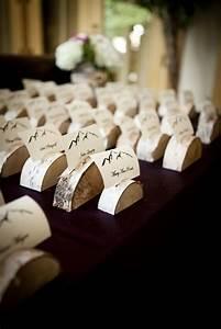 Tischkarten Hochzeit Selber Machen : halbierte birkenholz scheiben als rustikale platzhalter hochzeit ~ Orissabook.com Haus und Dekorationen