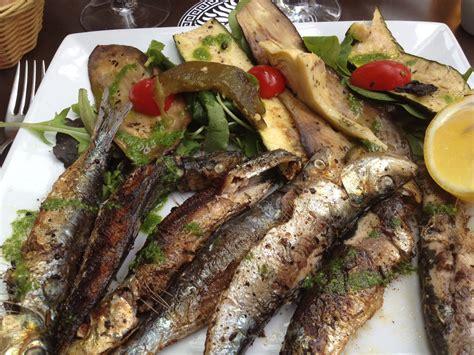sardines fraîches et légumes légèrement grillés le plat
