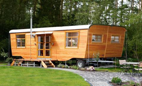 mobiles haus auf rädern wohlwagen der wohlwagen ist ein gartenhaus auf r 228 dern ein wohnwagen aus holz bauwagen