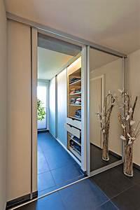 Spiegel Mit Aluminiumrahmen : schiebet re in grossfl chigem spiegel als eingang ins badezimmer auf zu ~ Sanjose-hotels-ca.com Haus und Dekorationen