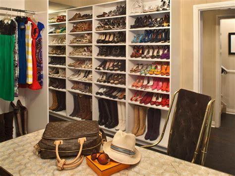 Minimalist Dressing Room with Walk in Closet Shoe Rack
