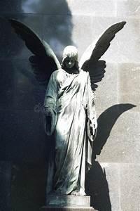Statuette Ange Exterieur : statue d 39 ange antique sur le cimeti re photo stock image du person ext rieur 26386888 ~ Teatrodelosmanantiales.com Idées de Décoration