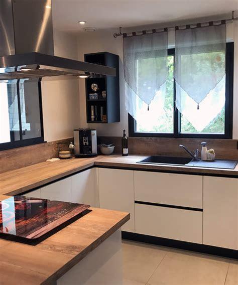 cuisine avec cellier cuisine avec verrière en bois laqué blanc et plan de