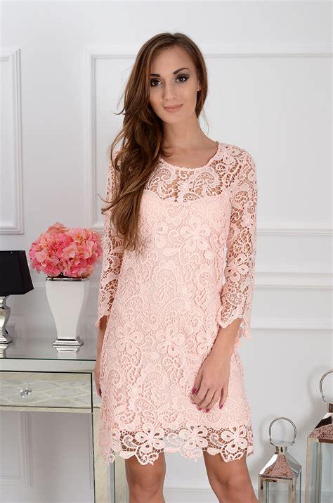 luksusowa sukienka trapezowa z gipiury pudrowa cocomoda pl
