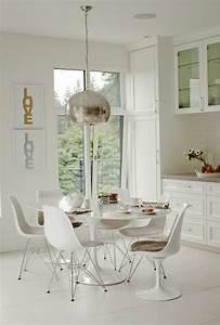 La chaise plastique un meuble moderne pour la maison for Deco cuisine avec chaise blanche
