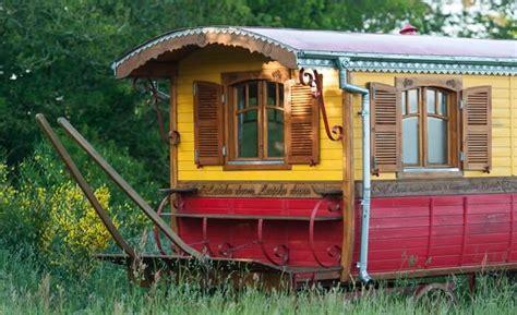 chambre d hote cabane dans les arbres roulotte bretagne dormir dans une roulotte tzigane ou