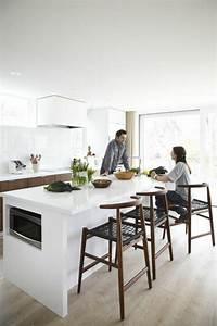 45 idees en photos pour bien choisir un ilot de cuisine for Deco cuisine avec chaise blanche et bois pas cher