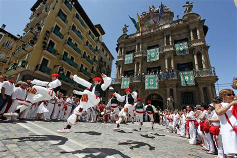 Tips on running of the Bulls in Pamplona | Linguaschools ...