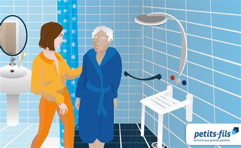 aide toilette personnes agees aide 224 la toilette respectueuse d une personne 226 g 233 e petits fils