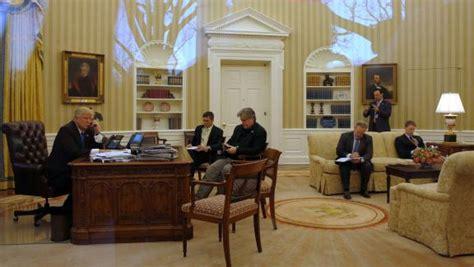 bureau de la maison blanche couacs coups bas et réunions dans le noir ambiance