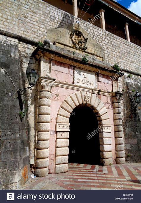 intermarché porte de la mer entrance to the town of kotor photos entrance to the