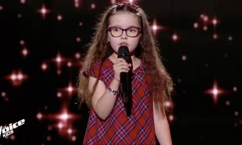 La jeune emma a tout d'une grande. Avant d'émouvoir le jury de The Voice Kids, Emma avait déjà chanté avec Soprano à la télévision