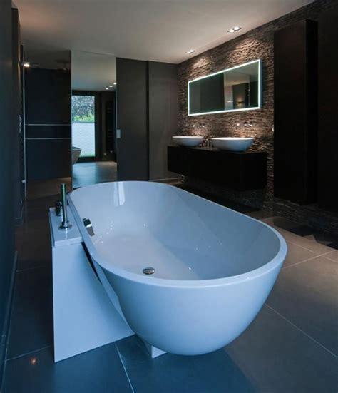 salle de bain moderne grise 224 l ambiance feutr 233 e avec baignoire 238 lot vasques 224 poser mobilier