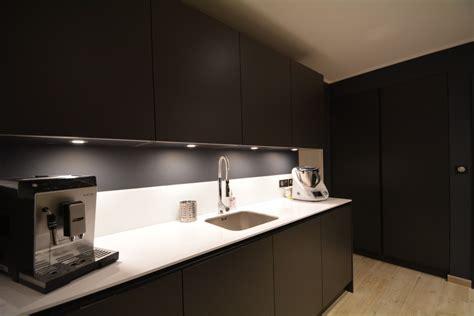 plan de travail cuisine verre cuisine laquée mat anthracite avec gorge laquée anthracite et plan de travail slim quartz