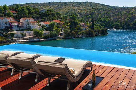 moderne luxusvilla mit infinity pool direkt  meer insel