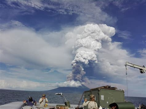 Powerful eruption at Manam volcano, PNG, sends ash plume ...