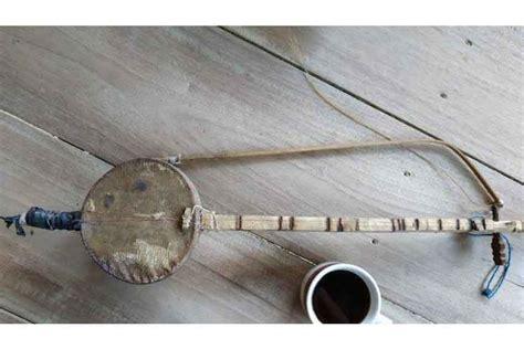Pembuatan alat musik tradisional ini berasal dari kayu, tempurung kelapa, dan senar. 11 Alat Musik Tradisional Sulawesi Selatan & Penjelasan