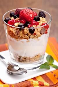 Joghurt Mit Früchten Selber Machen : yogurt with muesli and berries stock image image of corn ~ Watch28wear.com Haus und Dekorationen