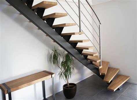 escalier  limon central en acier peint  marches en