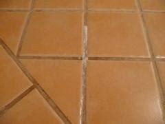 nettoyer joints carrelage sol encrasses comment nettoyer les joints de carrelages noircis