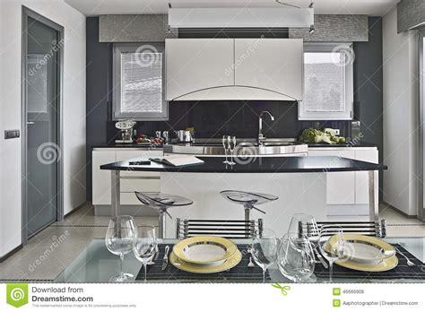 dans la cuisine plats sur la table dans la cuisine moderne photo stock
