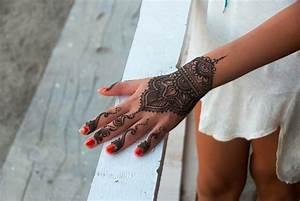 Tatouage Sur Doigt : tatouage poignet et main henn 40 id es femmes et hommes ~ Melissatoandfro.com Idées de Décoration