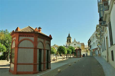 El escudo de la provincia de jaén es un campo cuartelado, el primer y el cuarto cuartel de oro y el segundo y el tercero de gules (rojo). Foto: Vista del pueblo - Arjona (Jaén), España