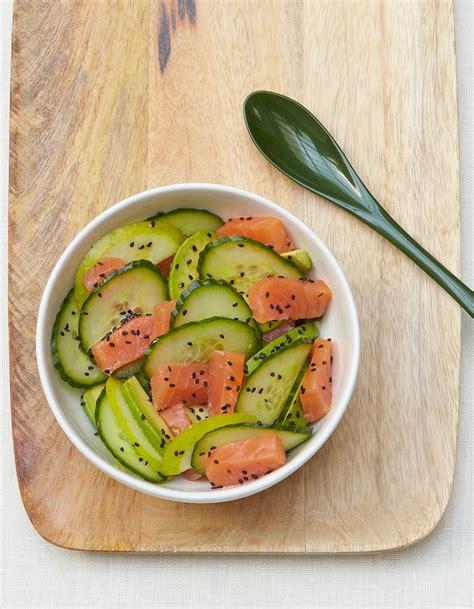 cuisiner des concombres salade de concombre saumon et avocat pour 6 personnes recettes à table