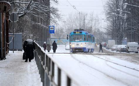 Gaišā dienas laikā sabiedriskā transporta pieturā sašauj ...
